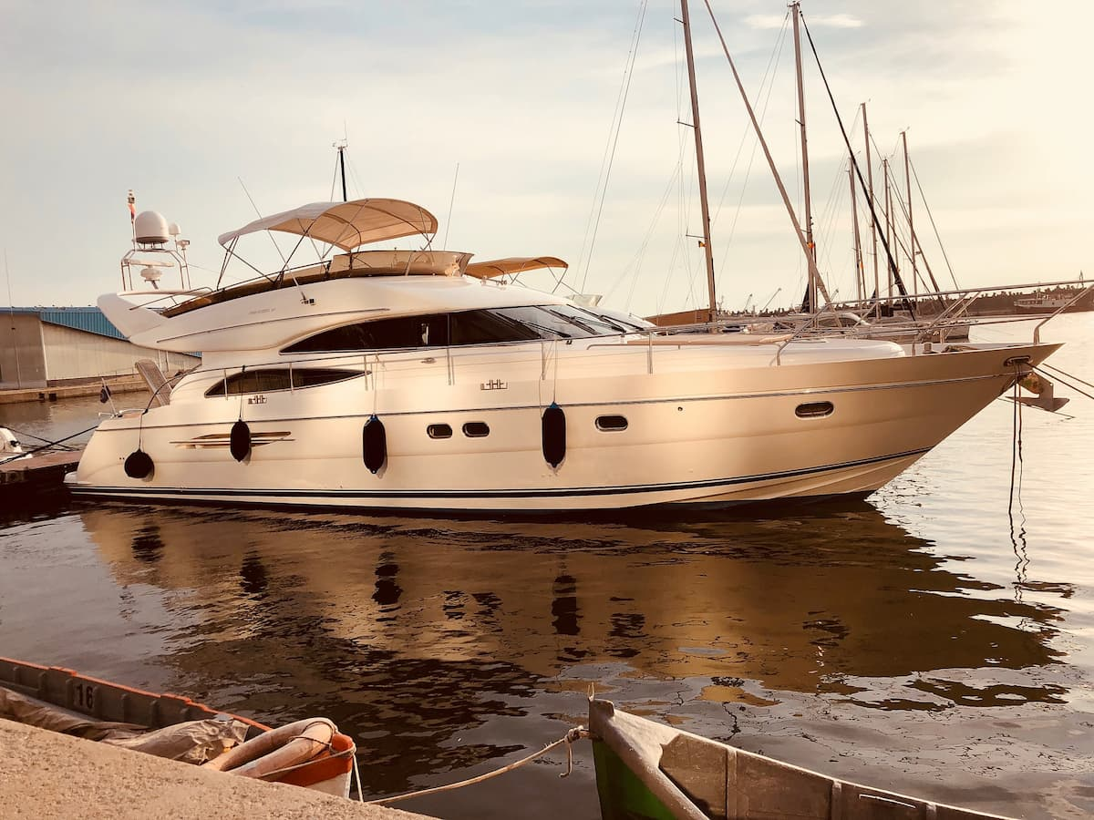 What is the difference between inspected and uninspected yacht charters